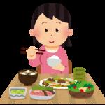 お箸で栄養バランスのとれた食事をとる女性