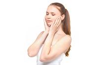 美肌両手で頬を包む女性画像